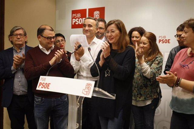 Representantes del PSIB, con Pere Joan Pons y Francina Armengol en el centro del grupo, celebran los resultados de las elecciones del 10N en la sede del partido.