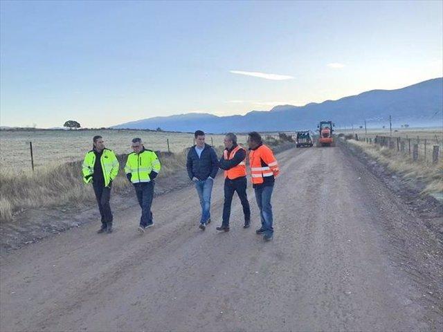 Obras en una carretera de Cáceres con material reciclado de áridos