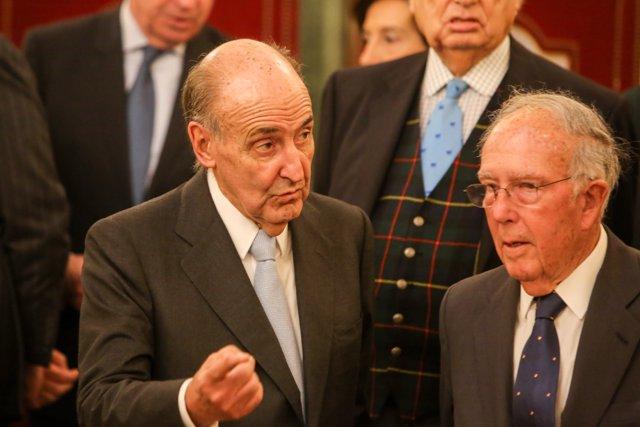 El abogado Miquel Roca y el exministro de UCD, Marcelino Oreja, durante el Acto de entrega de la Medalla del Congreso de los Diputados a los miembros del Consejo Asesor para el 40 Aniversario de la Constitución