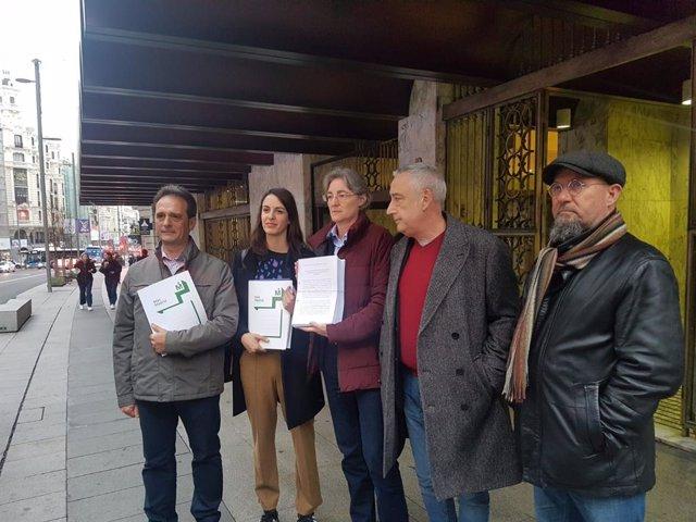Los ediles de Más Madrid Rita Maestre, Marta Higueras y Paco Pérez muestran el recurso presentado contra la llegada de los residuos de la Mancomunidad del Este a Valdemingómez.