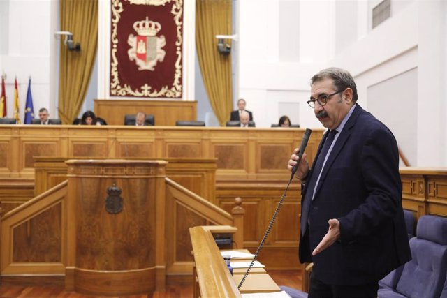 El consejero de Sanidad de C-LM, Jesús Fernández Sanz, en el pleno de las Cortes