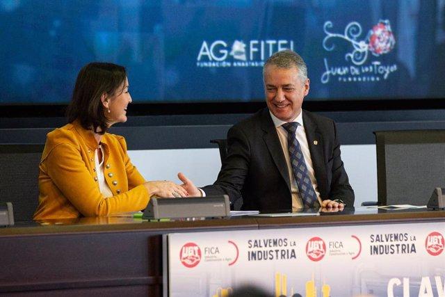 La ministra de Industria, Comercio y Turismo, Reyes Maroto, y el lehendakari del Gobierno del País Vasco, Iñigo Urkullu, se dan la mano durante la clausura de la jornada de UGT 'Salvemos la industria. Claves para el desarrollo industrial', en el edifici