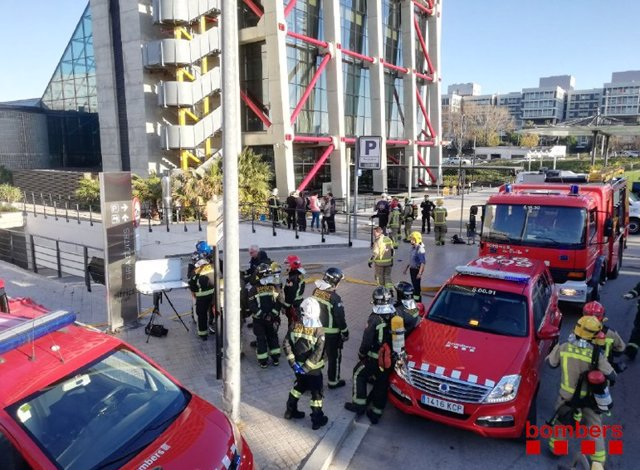 Els bombers intervenen en un incendi al pàrquing d'un hotel de l'Hospitalet de Llobregat (Barcelona).