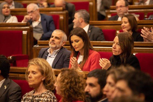 (I-D) Los diputados de Ciudadanos Carlos Carrizosa, Lorena Roldán y Marina Bravo aplauden  durante un pleno extraordinario convocado tras la decisión de la Junta Electoral Central (JEC) de inhabilitar al president de la Generalitat, Quim Torra