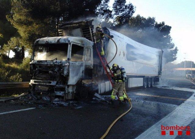 Incendio de un camión con mercancías peligrosas en la AP-7, a la altura de L'Arboç (Tarragona).