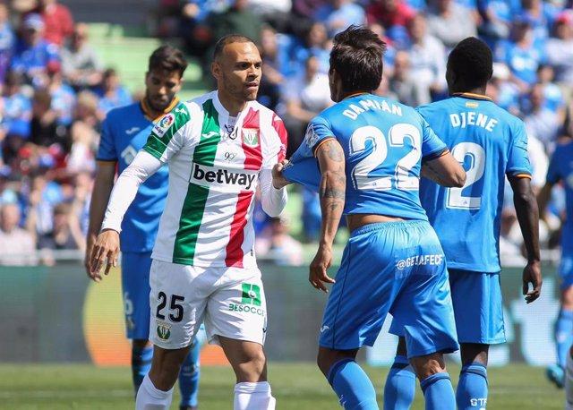 Braithwaite y Damián Suárez forcejean en un Getafe - Leganés