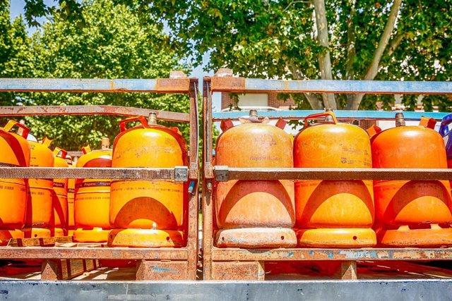 Detalles de bombonas de butano cargadas en un camión.