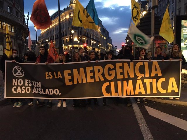 """Activistas cortan la calle Alcalá frente a la Consejería de Medio Ambiente para exigir """"justicia climática"""""""