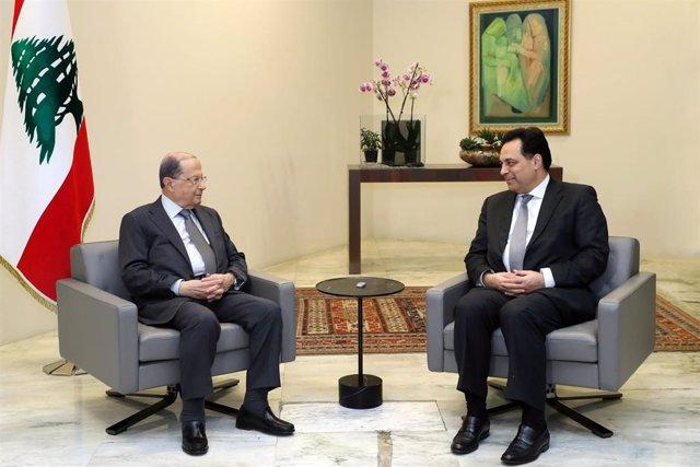 El presidente de Líbano, Michel Aoun (i), junto al primer ministro designado, Hasán Diab