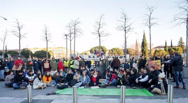 En Madrid. Fridays For Future traslada su protesta semanal contra la emergencia climática, que normalmente celebra ante el Congreso de los Diputados, a las puertas de la Embajada de Australia en Madrid (España), a 10 de enero de 2020.