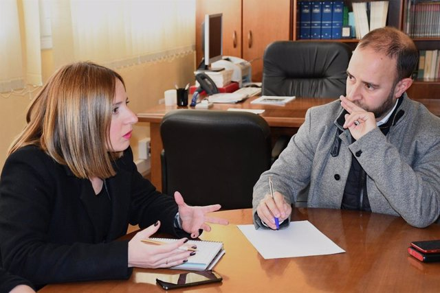 La responsable del área de Empleo de Diputación y vicepresidenta del IEDT, Ana Carrera, en la reunión con los alcaldes de los Ayuntamientos de la Sierra de Cádiz