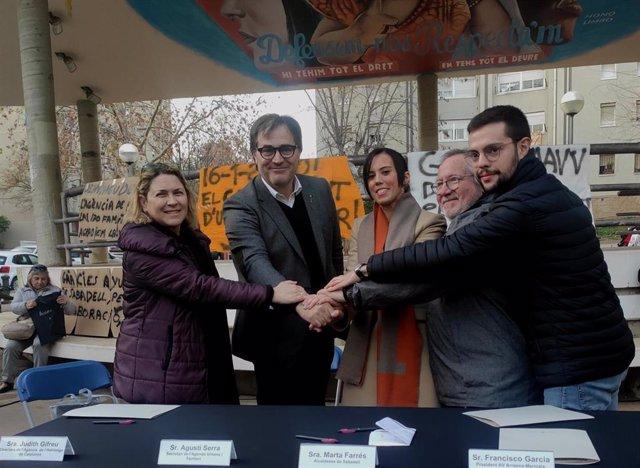 La directora de lAgncia de lHabitatge de Catalunya, Judith Gifreu; el presidente de lAgnciade lHabitatge de Catalunya, Agustí Serra, la alcaldesa de Sabadell, Marta Farrés, i el presidente de la Asociación de Vecinos de Merinals, Francisco García