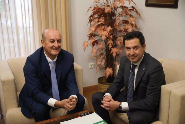 El presidente de la Junta, Juanma Moreno, junto al alcalde de Lepe, Juan Manuel González.