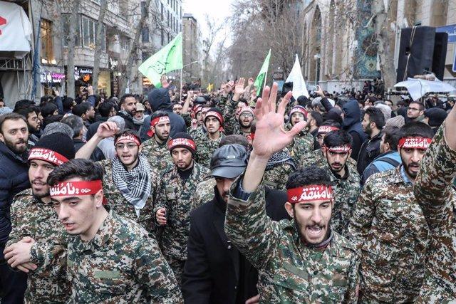 Miembros de la milicia paramilitar de voluntarios Basij en la capital de Irán, Teherán