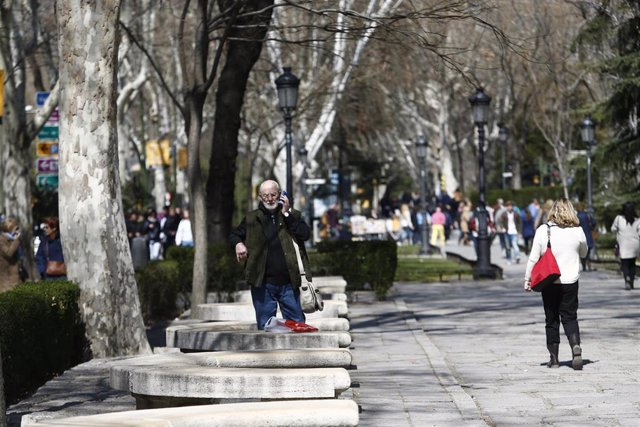 Paseo del Prado, gente paseando, pasear, caminar, caminando, hablando por teléfono móvil, turismo