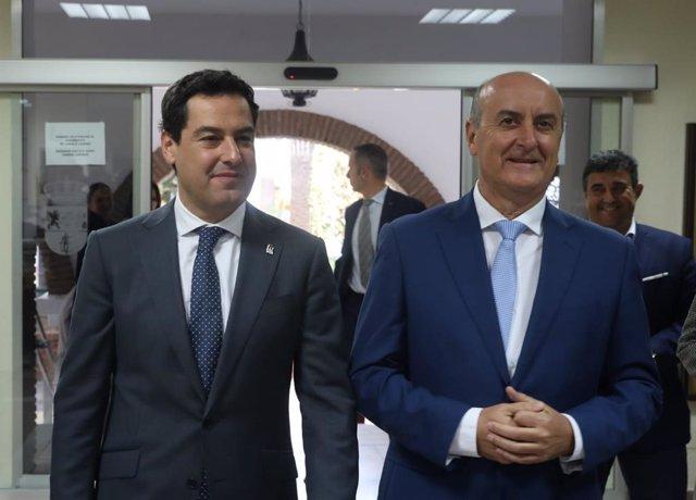 El presidente de la Junta, Juanma Moreno, junto al alcalde de Lepe.