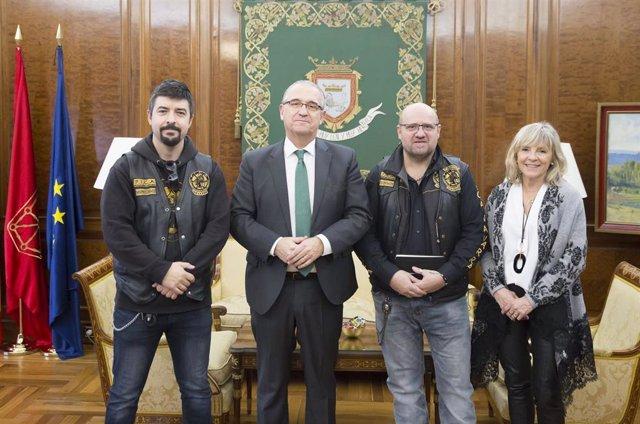 Enrique Maya y María Caballero con representantes de la Asociación Motorista PICA, de Protección de la Infancia Contra el Abuso