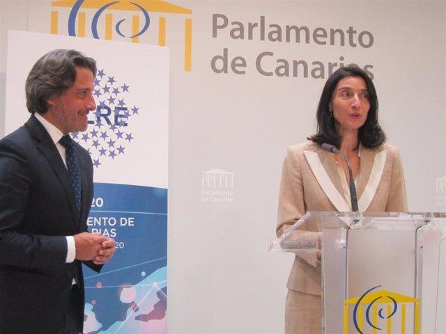 El presidente del Parlamento de Canarias, Gustavo Matos, observa la intervención ante los medios de comunicación de la presidenta del Senado, Pilar Llop