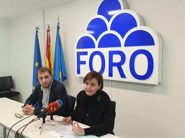 El secretario general de Foro, Adrián Pumares, y la presidenta de Foro, Carmen Moriyón, en la sede del partido en Oviedo.