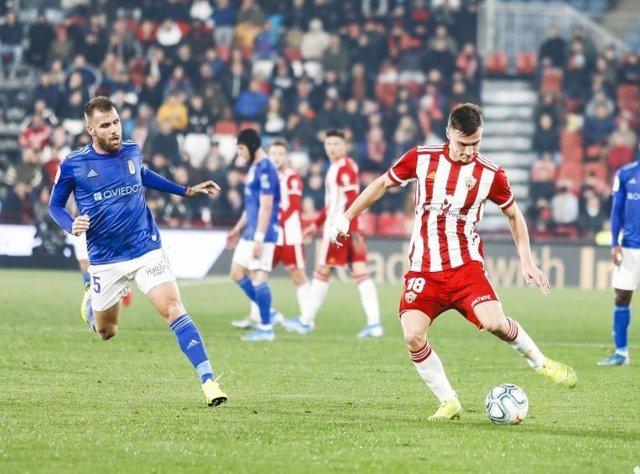 El Almería vence al Oviedo y aprieta por el liderato de Segunda División