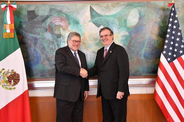 El fiscal general de Estados Unidos, William Barr (derecha), y el ministro de Exteriores de México, Marcelo Ebrard.