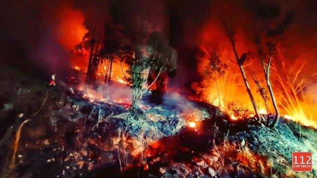 Imagen de las labores de extición de incendio de vegetación junto a la CA-170, en el alto de Hijas tomada en la noche del 13 al 14 de enero