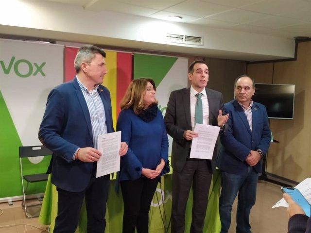 Imagen de los representantes de Vox en la presentación del acuerdo firmado