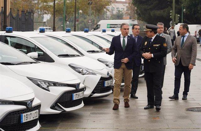 El consejero de la Presidencia, Administración Pública e Interior, Elías Bendodo, en el acto de entrega de 22 vehículos camuflados a la Unidad de Policía adscrita a la Junta. En el Palacio de San Telmo