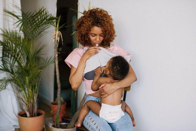 Las 'nicolasas'  cuentan con un depósito de agua a medida para evitar la deshidratación de la madre, un bolso para el móvil, doble capa de algodón y felpa o una banda protectora bajo el pecho.