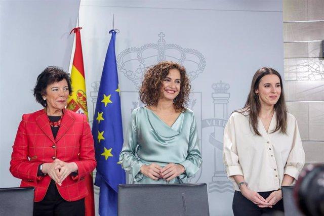(I-D) La ministra de Educación y Formación Profesional, Isabel Celaá; la ministra de Hacienda y portavoz del Gobierno, María Jesús Montero; y la ministra de Igualdad, Irene Montero