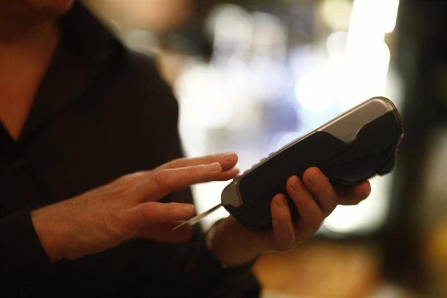 Imagen de recurso de un datáfono y una tarjeta de crédito.