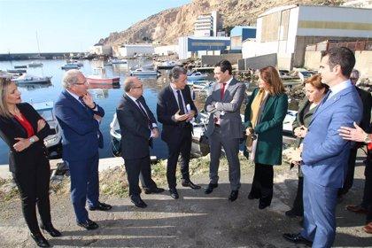 Moreno conoce el proyecto del fondeadero del puerto pesquero de Almería