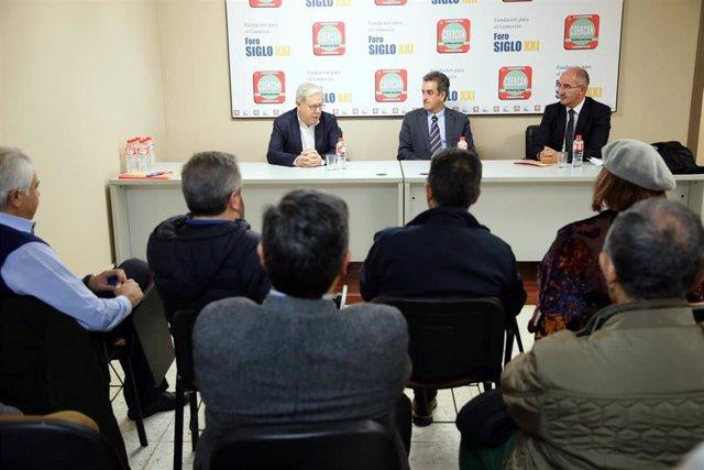El consejero de Innovación, Industria, Transporte y Comercio, Francisco Martín (centro de la mesa), se reúne con los comerciantes