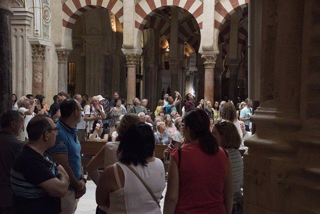 Turistas en la Mezquita-Catedral de Córdoba.