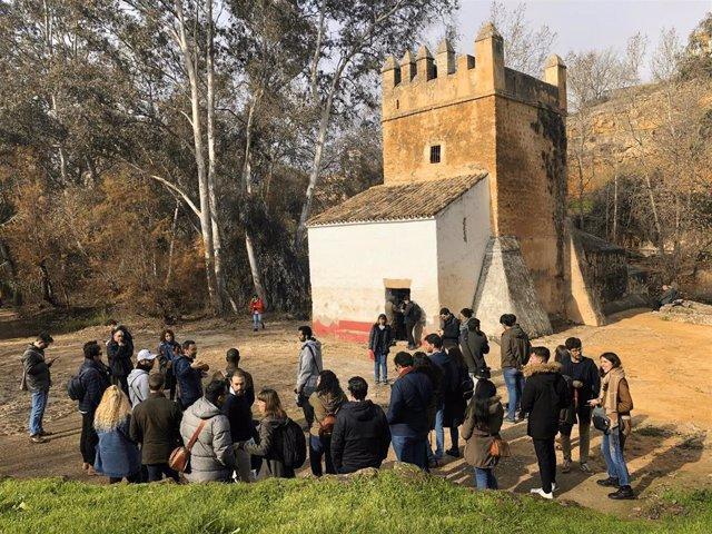 Los estudiantes de postgrado, bajo la tutoría de sus profesores directores de máster, desarrollarán sus respectivos trabajos sobre algún aspecto concreto del patrimonio local, para defenderlo públicamente en junio próximo en la propia Alcalá de Guadaíra.