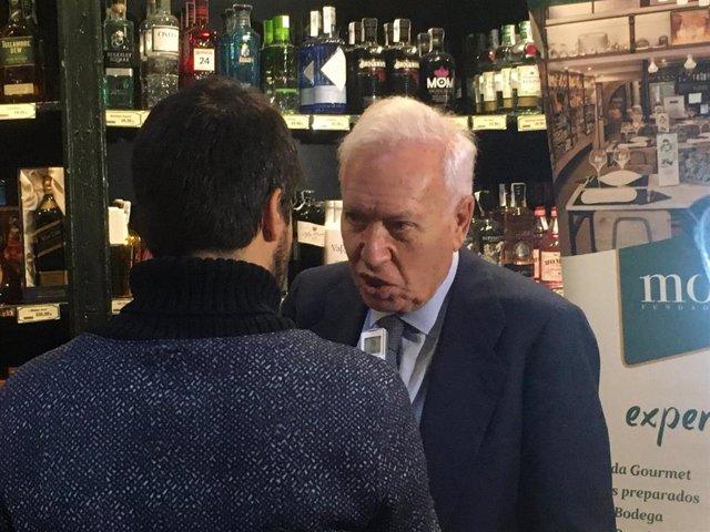 Margallo este vienres en Zaragoza hablando con los medios de comunicación.