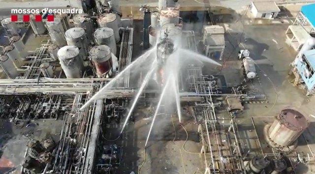 Imatge aèria de l'extinció de l'incendi a les instal·lacions de l'empresa química on es va produir una explosió a la Canonja, a Tarragona.