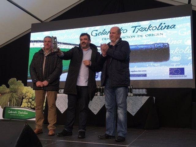 El cocinero Ander González y el viceconsejero Bittor Oroz en el Txakolin Eguna de Getaria