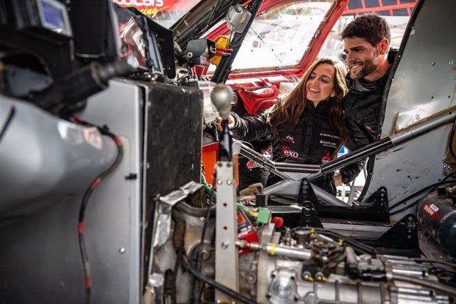 Cristina Gutiérrez junto a Pablo Huete en la jornada de descanso del Dakar 2020