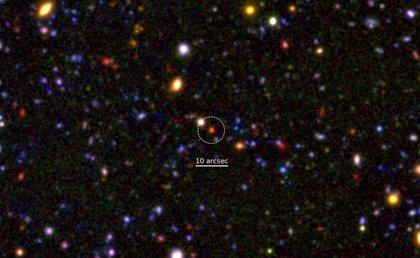 El núcleo de la galaxia moribunda más lejana revela una notable madurez
