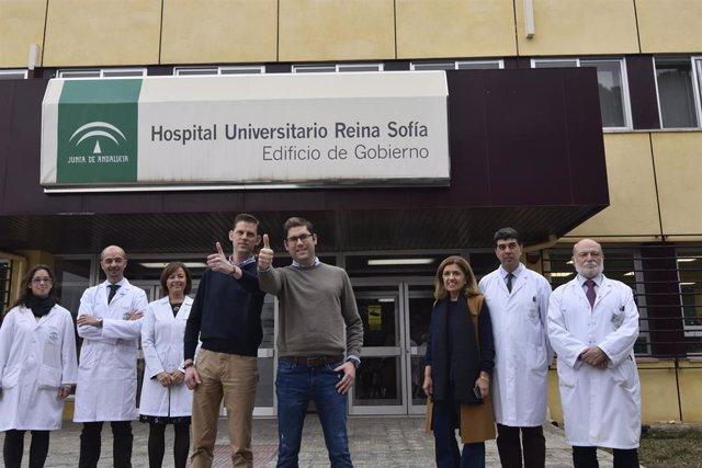 Profesionales sanitarios y los hermanos trasplandados en el Hospital Reina Sofía