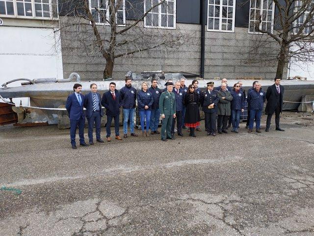 Efectivos del Centro de Análisis y Operaciones Marítimas de Narcóticos (MAOC-N) durante su visita al 'narcosubmarino' en Vigo