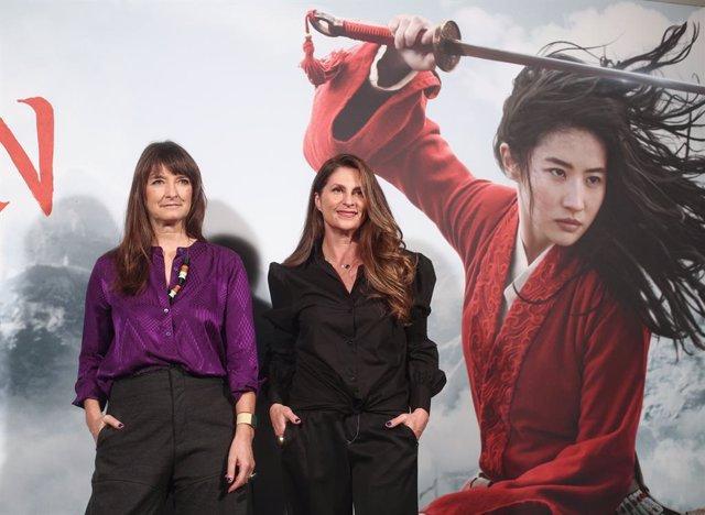 La directora de la película, Niki Caro (dech) y la diseñadora de vestuario de la película, Bina Dailinger (izq), posan en el photocall de la presentación de 'Mulán', en el Hotel Santo Mauro de Madrid (España), a 17 de enero de 2020.