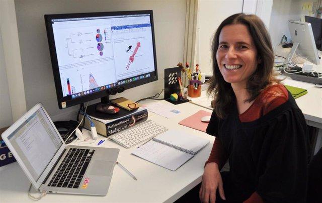 Sara Rocha, investigadora del Laboratorio de Filogenómica de la Universidade de Vigo, y miembro del equipo científico que ha logrado secuenciar el genoma del calamar gigante.