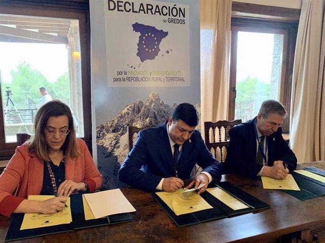 El presidente de la Diputación de Ávila, Carlos García; la de la Diputación de Palencia y de la FRMP, Ángeles Armisén; y el alcalde de Navarredonda, José Manuel Jiménez, han sido los primeros representantes en firmar la Declaración de Gredos.