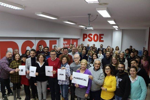 Firmantes del manifiesto en la sede del PSRM