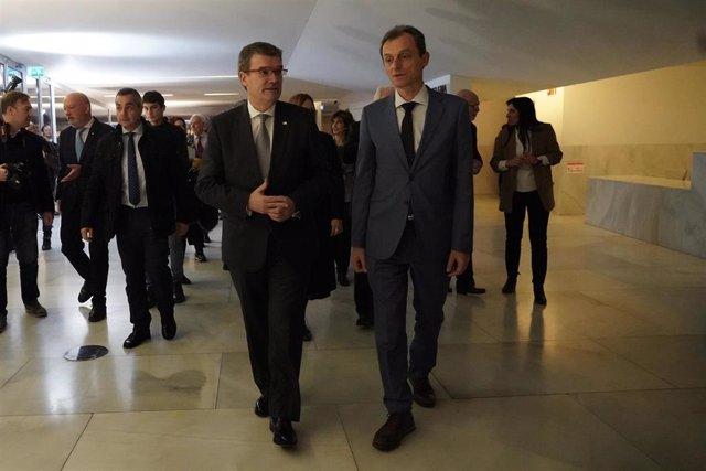 El ministro de Ciencia e Innovación, Pedro Duque (1d); el alcalde de Bilbao, Juan Mari Aburto  (2d), a su llegada al acto conmemorativo del 125 aniversario de la Academia de Ciencias Médicas de Bilbao