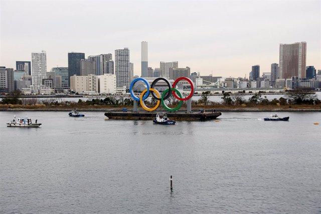 El monumento de los aros olímpicos, en el Odaiba Marine Park.