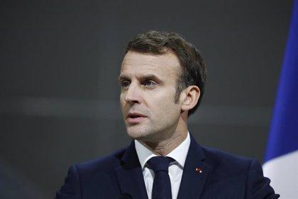 Macron es evacuado de un teatro después de que manifestantes intentaran acceder al recinto