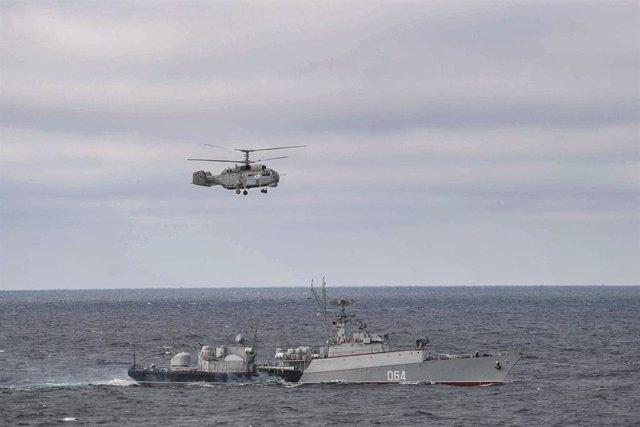 Imagen de un helicóptero militar ruso sobre el Mar Negro.